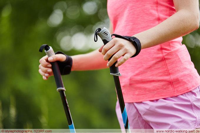 Das richtige Greifen der Nordic Walking Stöcke ist sehr wichtig. www.nordic-walking-welt.de