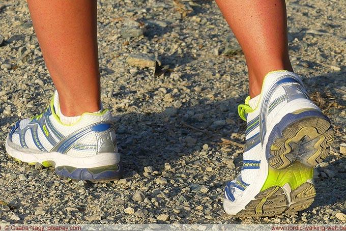 Beim Nordic Walking sind die richtigen Schuhe extrem wichtig. www.nordic-walking-welt.de