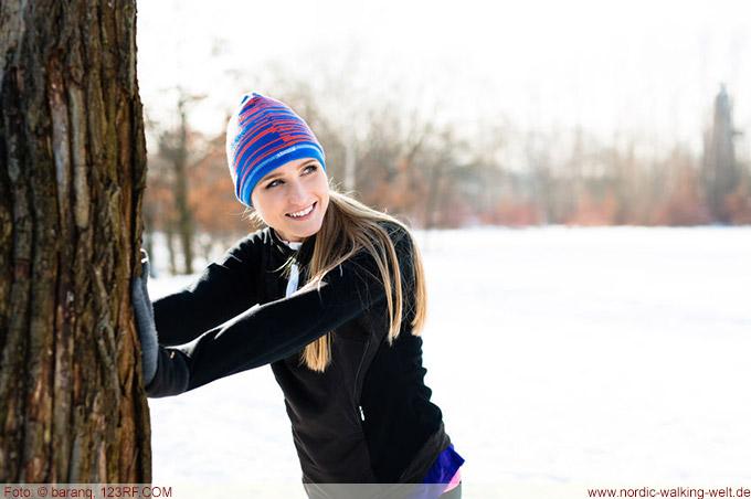 Eine Mütze schützt beim Nordic Walking den Kopf vor dem Auskühlen