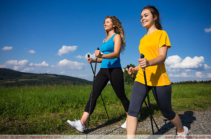 Ein oder mehrere Personen sorgen für mehr Spaß beim Nordic Walking