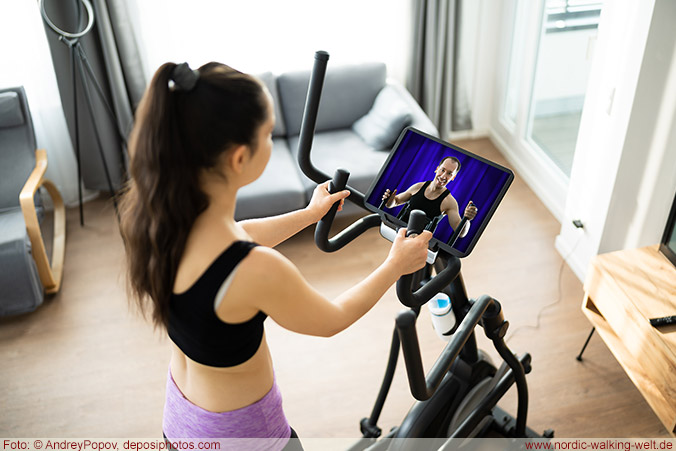 Trainieren an einem Crosstrainer mit Monitor